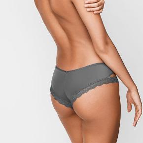Cheeky panty – trusser fra Victoria's Secret  Små i størrelsen ift almindelige cheekies fra VS.   Aldrig brugt eller prøvet på, stadigvæk indpakket.  Fast pris. Bytter ikke.  Kan afhentes på Islands Brygge Kan sendes hvis køberen betaler portoen