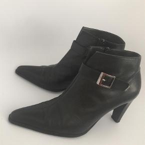 Varetype: Ankelstøvler Størrelse: 37.5 Farve: Sort Oprindelig købspris: 1499 kr.  Smukke ankelstøvler i læder fra Peter kaiser. Brugt max 5 gange