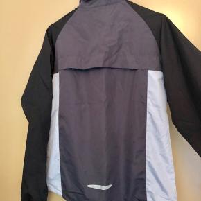 Tynd jogging-trøje fra Craft i sort og grå ⚫️⚪️ Er fuldstændig som ny ✨ Størrelse: 38 📏 Original pris: 250 kr. 💰 Nu: 50 kr. 👌🏻 . #karolinesklædeskab