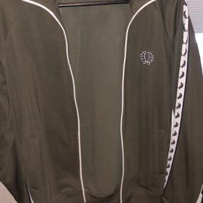 Varetype: Træningsjakke Farve: Grøn Prisen angivet er inklusiv forsendelse.