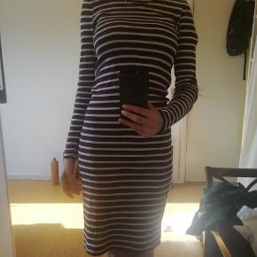 Stribet tætsiddende t-shirt kjole fra Mads Nørgaard i str Small Brugt få gange og standen er som ny Købt for 500 kr i deres butik på strøget Bud ønskes