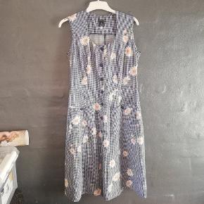 Så smuk ternet kjole med blomster. Fitter S/M. Jeg er 164, og den går mig til midt læg. Blå/hvid tern