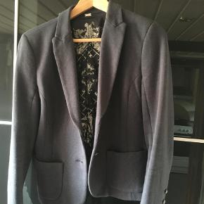 Rigtig flot blå jakke fra Gustav, den er meget lidt brugt figursyet og med lidt stræk  Den er meget behagelig at have på  78% bomuld 9% uld 10% polyamid 3% elastan    Blazer Farve: Blå