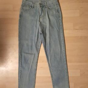 Noora jeans fra Veraldo , i str 27 . Købt nye på Trendsales (kun vasket) , men de sidder desværre for stramt om benene på mig .   🔎 Andre søgeord:  Nora , mom jeans , højtaljede bukser , lys denim
