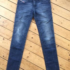 Getlegg skinny low waist Diesel jeans i super fin blå, W29, L32.  Ikke brugt, da de desværre er en tand for små til mig.  Klik på foto ved 'mød sælgeren', og se alle mine fine ting🌈