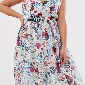 Sælger denne fine kjole, den har aldrig været brugt  Kostede 660kr fra ny / sælges for 200kr