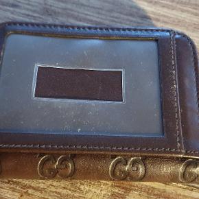 Rigtig fin simpel pung fra gucci. Jeg har haft den meget længe. Har ligget i skuffe i flere år. Har hverken kvittering eller dustbag eller andet som oftest bliver efterspurgt. Der er serie nr i som også er noteret på et af billederne.