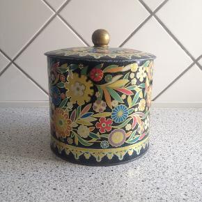Smuk antik dåse med blomster motiver. Mål:Højde: 15 cm Bredde: 16,5 cm Fragt: 40 kr.