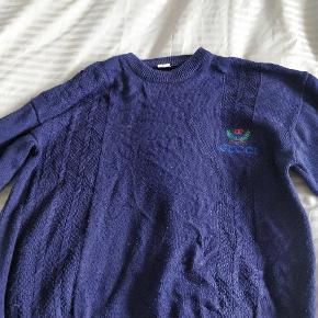 Vintage Gucci sweater fra 80'erne eller 90'erne. Den er lidt fnulret, men ellers fejler den ikke noget. Mindstepris 400