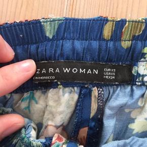 Super fine blå bukser i pyjamasstil fra Zara i str xs. Trænger til at blive strøget, men fejler ellers ingenting! Brugt meget få gange:) np: 499kr byd gerne!