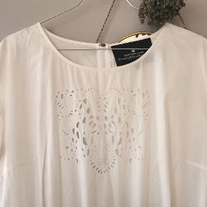 Designers Remix hvid blonde kjole med lommer, elastik i livet og korte ærmer. Str. 38. 100% cotton. Rigtig god stand🌸