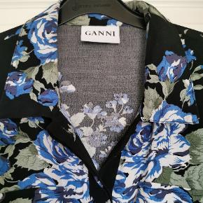 Sødeste skjortekjole fra Ganni. Brugt få gange. Lidt lille i størrelsen og passer bedst str. M.