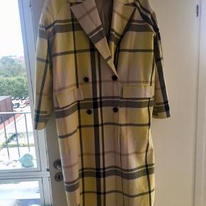Fin frakke fes envii. Passes af en M-XL, afhængig af hvor Oversize man vil have det.  Lidt skidt foran, skal til rens.