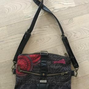 Indvendig en lomme med lynlås + to uden lynlås