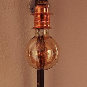 Virkelig fed Pipe lamp MED PÆRE til montering på væg, lavet i ren messing med kobber fatning. Alle dele er CE godkendt fra Greenline.  Med tryk kontakt samt rød stof ledning. pære: PHILIPS vintage led 250 lumen. (Normalpris 224,95,-) Længde H = 47 cm. Dybde D = 22 cm. Andre farver ledning kan også bestilles.  Lampen kan ligeledes leveres i sort rør til 899,- INC pære