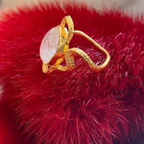 Maanesten's flotteste ring hidtil i 18 karats guldbelægning med regnbue månesten, som reflekterer i lyset. Str.49. Uden brugstegn.