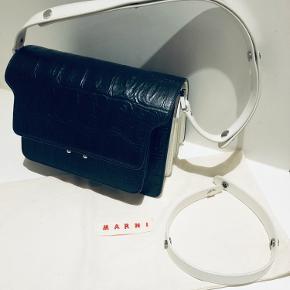 Marni trunk bag med 7 rum. Brugt 3 gange ca. Den medium/store model i sort og hvid. Remmen kan indstilles i 3 længder. Med dustbag og kvittering (renset for personlige oplysninger). Nypris EUR 1690 (13000kr)