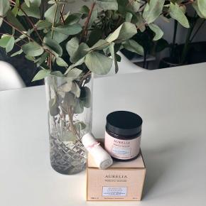 """Aurelia """"Miracle Cleanser"""" 120 ml. (nypris 400 kr.)  Lidt om produktet: Intelligent, aromatisk og cremet glider produktet hen over huden og løfter alle urenheder og make-up. Den sammensmelter probiotika og peptideteknologi med bio organiske plante- og blomster essenser og har en opløftende duft af essentielle olieblandinger af Kamille, Eucalyptus, Rosmarin og Bergamotte.  Denne cremede rens polerer sammen med dens bløde antibakterielle bambus musselinklud - alle døde hudceller og make-up væk, mens den hjælper med at stimulere hudens naturlige fornyelsesproces 💆🏼♀️🎋  Byd gerne kan enten afhentes i Århus C eller sendes på købers regning 📮✉️"""