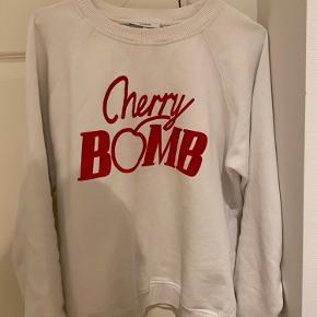 "Super fed ganni sweatshirt, med skriften ""cherry bomb"".🍒"