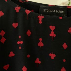 Fin bluse fra Storm & Marie med fint print. A-formet.