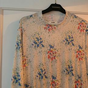 Smuk kjole med blomster 🌸  Sendes på købers regning - hentes i Gentofte. 🌞  Ts gebyr pålægges