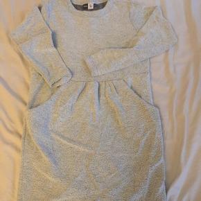 Støvet grøn sweatshirt kjole med svage sølv glimmer tråde. Str 146/152