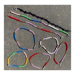 Hjemmelavede armbånd i mange forskellige farver.  Armbåndene koster 50kr pr. stk.