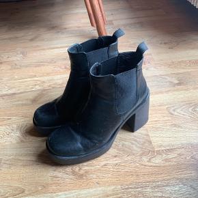 Vagabond læder støvler med hæl. Tegn på slid og sælges derfor billigt.   Hæl: 9 cm Plateau foran: 3 cm  Np: 1000kr