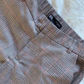 Et pænt par bukser fra zara i str. m. Sælger dem fordi jeg synes de er for korte. Jeg er 170cm og de går mig til midt på anklerne.