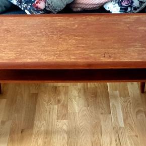 Arkitekttegnet teaktræ møbel fra 60'erne.  Virkelig flot, retro snedkersofabord i super høj kvalitet med massiv hylde af teak. Det har nogle brugstegn, men stadigvæk i super god stand.