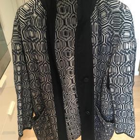 Varetype: Blazer/jakke Farve: se billede Oprindelig købspris: 2000 kr.  Oversize.  Passer op til en 38/40  Bytter ikke
