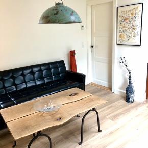 Vil du have et rustikt sofabord, fremstillet af ældre massive materialer?!  Så sælger jeg nu dette plankebord, da det fylder lidt for meget i min stue.   Plankerne er ældgammel flåde eg med fede detaljer.  Bordbenene er håndbanket massivt støbejern med små fødder under.   Bordet måler 125 x 70cm og ca 50cm høj 🙂  Ny lakeret, så det er let et vedligeholde.  Stærkt nedsat og denne pris er fast!