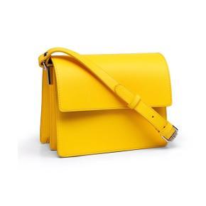 """Sælger denne populære Ganni Gallery bag i den smukkeste gule farve 🍋. Den perfekte sommertaske ☀️.  Har sat standen som værende """"god, men brugt"""" (brugt en periode og har derfor mindre tegn på brug - se billeder). Den er fra ikke-ryger samt dyrefrit hjem. Den er i 100% skind. H: 16,5 cm, B: 21 cm samt D: 8,5 cm. Den har 2 indvendige rum med lynlås lomme i det ene. Ny pris var 2500,-. Sælges kun ved rette bud. #trendsalesfund"""