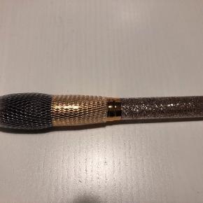 Ny og ubrugt pensel. 101 Plush Powder Brush.  Kan bruges til pudder, blush, highlighter og bronzer.   #Secondchancesummer  60,- + fragt. Sender gerne med Dao kr. 37,- PostNord på eget ansvar.  Bytter ikke.  Kan afhentes i Odense.  Mængderabat 💛