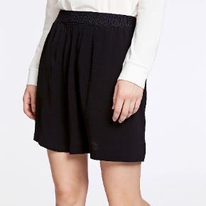 Flot nederdel fra Samsøe & Samsøe, har aldrig været pakket ud. Model Nessie Skirt 6515, farve sort, str m