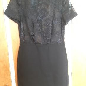 Virkelig fin sort kjole med mønstret mesh stykke øverst. Sidder så flot. Aldrig brugt.  #trendsalesfund