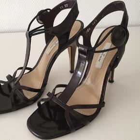 Flotte stiletter i en mørk blommefarve - brugt få gange Lædersål - hælhøjde 11cm Ankelrem er elastik