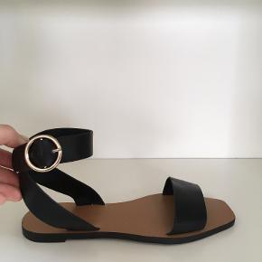 Fine sandaler fra H&M.  Remmene er i faux læder, og har en lille elastik ved anklen, så de ikke strammer.  Aldrig brugt.  Kan godt sende flere billeder :)