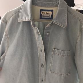 Fedeste denimskjorte med smukke detaljer  fra Blå Konst
