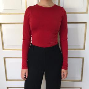 Rød, romantisk og virkelig blød bluse fra Wolford med blonderyg. Kun brugt én enkelt gang, men står som ny.