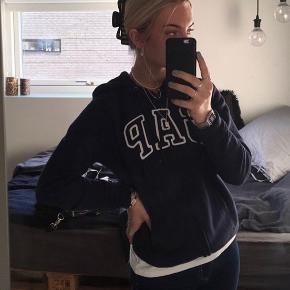 Næsten ny GAP hoodie. Den er gået med en gang og fejler intet. Den er en M men passer også S. Byd💙