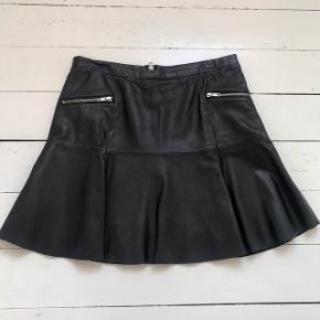 Skøn skind nederdel.