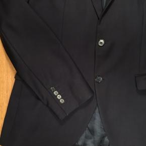 Rigtig fin og lækker jakke. Brugt nogle gange, men har en ubetydelig lille fejl i en syning. Billeder kan sendes. Bukserne til haves også.