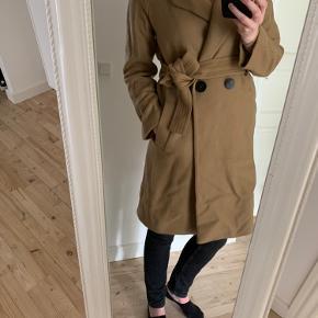 Sælger denne fine jakke fra Mango i str small. Passer en str. 36-38 (er jeg selv).   Den er fra sidste år og kun brugt få gange.  70% uld  Pris er eksklusiv fragt.   Afhentes på Frederiksberg