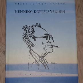 """""""Henning Koppels verden"""" af Niels-Jørgen Kaiser.  Gyldendal, 2000.  Bogen fremstår ubrugt. Der ses dog lidt brugsslitage på papirindbindingen (som kan tages af) af at stå i bogreolen."""