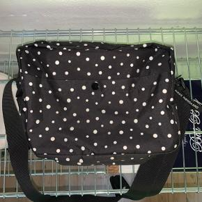"""Super fin Mads Nørgaard taske, stort set som ny. Har tegn på slid på knappen foran og mangler det ene """"Mads Nørgaard"""" logo ved den ene lynlås"""