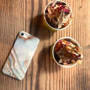 🔥🤩 iPHONE COVERS TIL KUN 149 KR. FOR 1 STK. ELLER 2 FOR 200 🤩🔥 GRATIS FRAGT - BEGRÆNSET LAGER  Fantastisk kvalitet af blød silikone (TPU), som er utrolig nemt at tage af- og på 🤩 De passer perfekt til din iPhone og beskytter din iPhone virkelig godt📱De er vandafvisende samt modstandsdygtige overfor fingeraftryk💧👋🏼 De er desuden kompatible med trådløs opladning🔌  Det er fra Emma Victoria Copenhagen  STØRRELSER 📱iPhone 6 / 6S  📱iPhone 7 / 8 / SE 📱iPhone 7 / 8 Plus 📱iPhone 6 Plus 📱iPhone 11 📱iPhone 11 Pro 📱iPhone 11 Pro Max 📱iPhone X / XS  💸 PRISER 💸 Pris for 1 cover er 149 kr. inkl. gratis fragt🔥 Pris for 2 covers er 200 kr. inkl. gratis fragt🔥  📦 Gratis fragt 🚚 1-2 hverdages levering med GLS 🏭 Meget begrænset lager  Spørg endelig 😄
