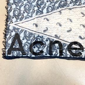 Flot tørklæde fra Acne Studios. Måler 205 cm i længden og 65 cm i bredden. Mærket er faldet af i den ene side, men kan nemt fikses. Kommer i original æske. 85% modal og 15% silke.