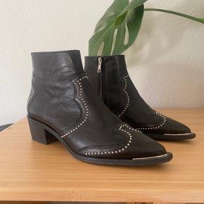 Sælger mine Billi Bi støvler, da jeg desværre ikke får gået med dem. De er 3 år gamle, og er fra deres efterårskollektion (forhandles ikke længere). Brugt max 2 - 3 gange, så de næsten som nye. Størrelsen er 38, men dog lidt små i størrelsen :-)