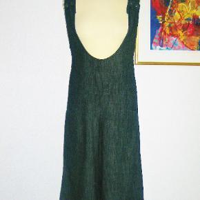 100 % NY: Rigtig sød bukse-kjole i denim med strech. Materialet er 97 % cotton + 3 % spandex.  Brystvidde: 44-46 cm x 2 + elastan Livvidde: 40-44 cm x 2 + elastan Hoftevidde: ca. 54 cm x 2 + elastan Længde: 112 cm  Ingen byt, og prisen er fast